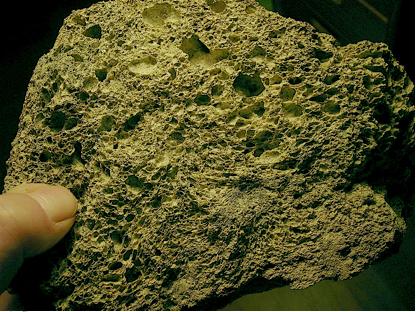 Impakt-Schmelzgestein vom Tüttensee-Krater mit Schock-Effekten